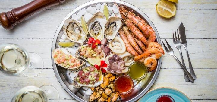 Сет морепродуктов с тартарами и вино в итальянском ресторане «Примавера»